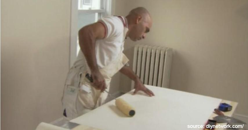 Balurkan lem pada bagian wallpaper - Cara Memasang Wallpaper Dinding