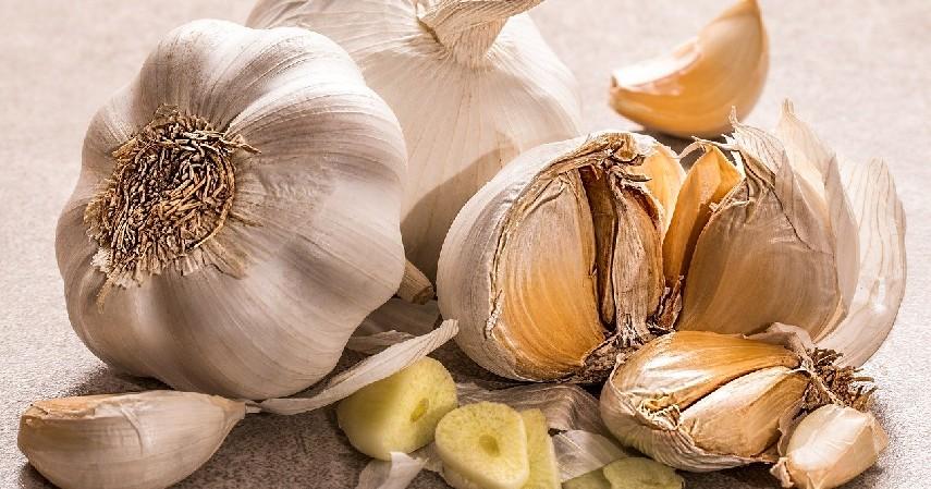 Bawang putih - 10 Makanan yang Membuat Bau Badan beserta Cara Menghilangkannya