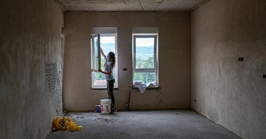 Bersihkan dinding dan ratakan seluruh permukaannya - Cara Memasang Wallpaper Dinding