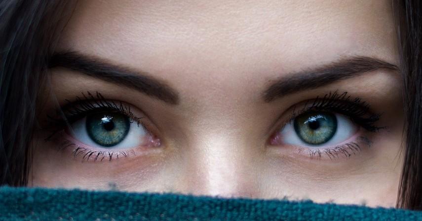 Di antara kedua alis - 7 Titik Pijat untuk Stres Penghilang Kecemasan Paling Ampuh
