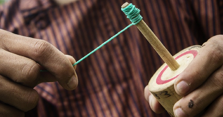 Gasing - 15 Permainan Tradisional Indonesia yang Bikin Kangen Masa Kecil