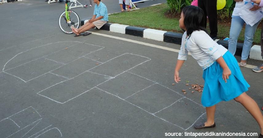 Jingkrak Engklek Kotak Sembilan - 15 Permainan Tradisional Indonesia yang Bikin Kangen Masa Kecil
