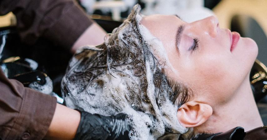Keramas dengan Air Dingin - 8 Cara Merawat Rambut Berminyak yang Tepat dan Paling Ampuh