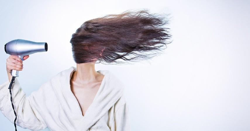 Keringkan Rambut dengan Sempurna - 8 Cara Merawat Rambut Berminyak yang Tepat dan Paling Ampuh