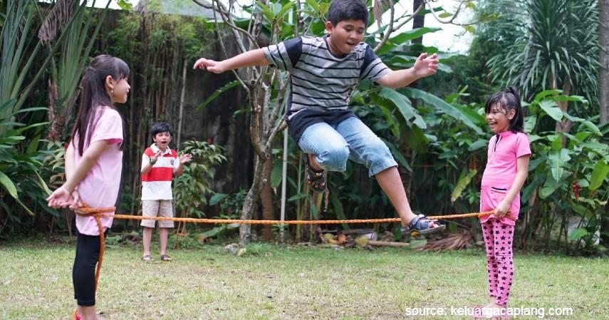 Lompat Karet - 15 Permainan Tradisional Indonesia yang Bikin Kangen Masa Kecil