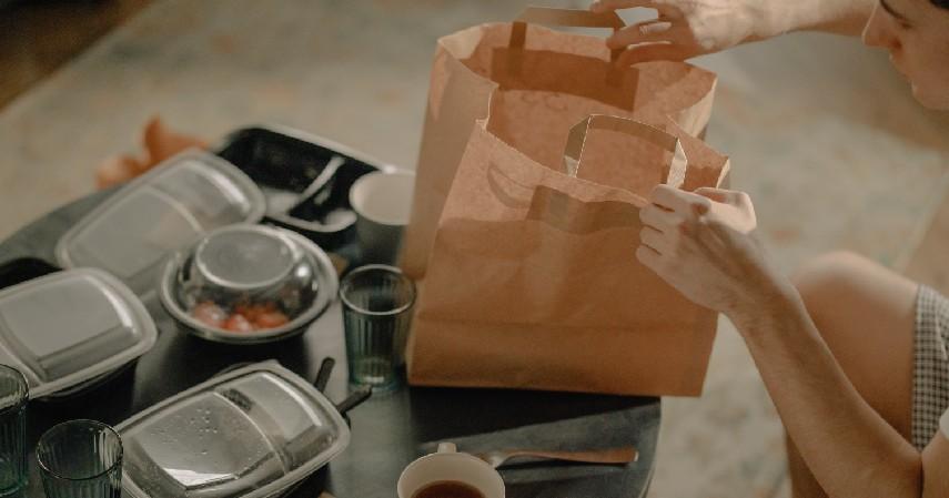 Membawa pulang makanan yang dibeli - Tips Aman Makan di Luar Rumah Saat Covid-19