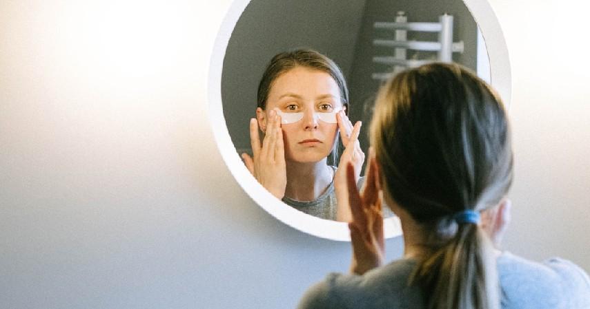 Membersihkan wajah dengan makeup remover atau milk cleanser - Ini Urutan Membersihkan Wajah yang Benar