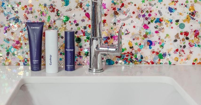 Mencuci muka dengan facial foam - Ini Urutan Membersihkan Wajah yang Benar