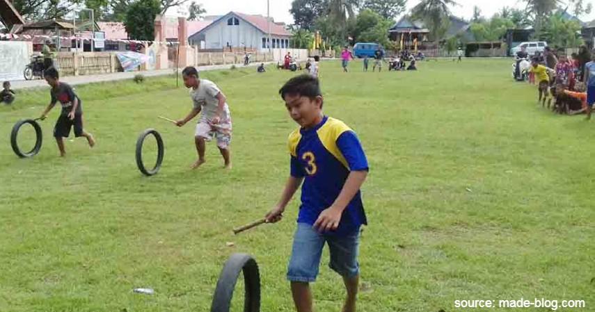Mendorong Ban Bekas - 15 Permainan Tradisional Indonesia yang Bikin Kangen Masa Kecil