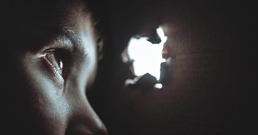 Minta anak untuk sering berkedip - 7 Tips Jaga Kesehatan Mata Anak saat Belajar Daring
