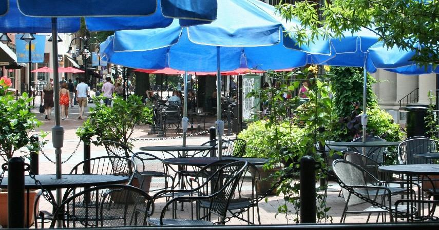 Pilih tempat di luar ruangan outdoor - Tips Aman Makan di Luar Rumah Saat Covid-19