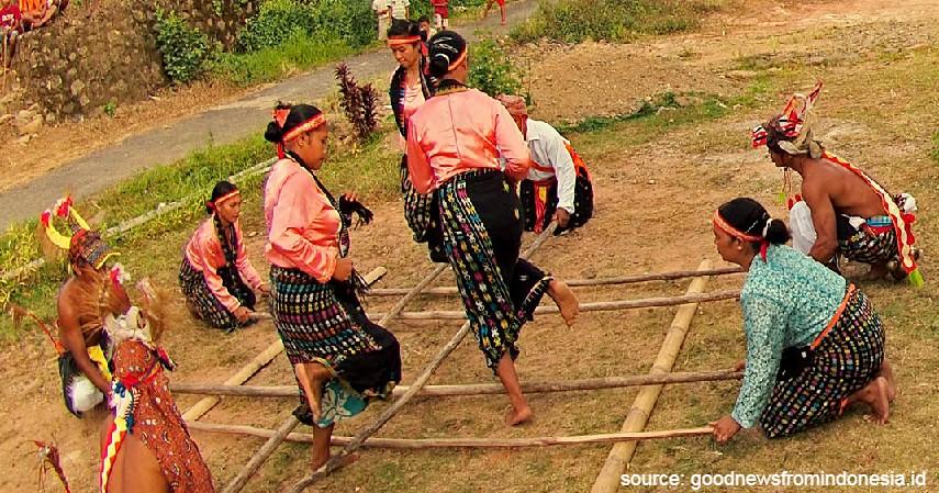 Rangku Alu - 15 Permainan Tradisional Indonesia yang Bikin Kangen Masa Kecil