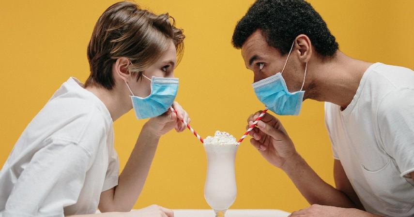 Selalu gunakan masker atau face shield - Tips Aman Makan di Luar Rumah Saat Covid-19