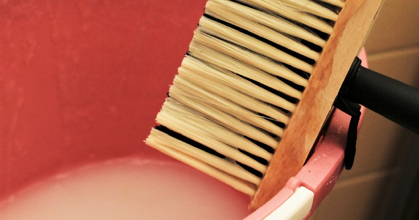 Siapkan adonan lem - Cara Memasang Wallpaper Dinding