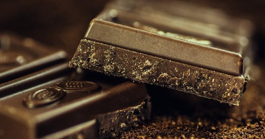 Mengonsumsi dark chocolate - 11 Cara Kurangi Makan Berlebih, Ampuh untuk Cegah Obesitas.jpg