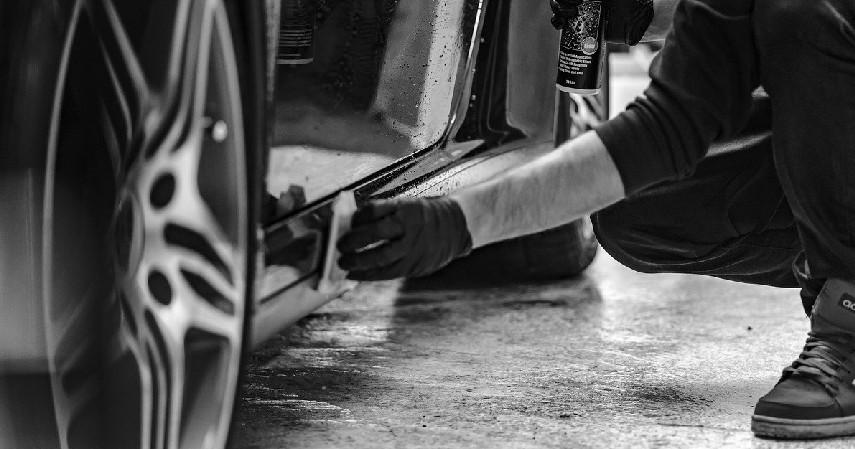 Bersihkan kaki-kaki mobil - 10 Tips Merawat Mobil Saat Musim Hujan yang Wajib Dilakukan
