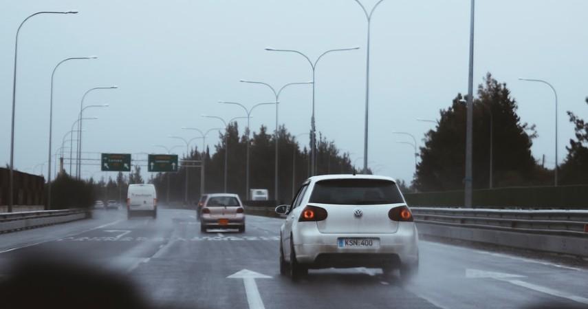 Gunakan Lajur yang Sesuai - 7 Tips Aman Menyetir di Jalan Tol saat Hujan Deras