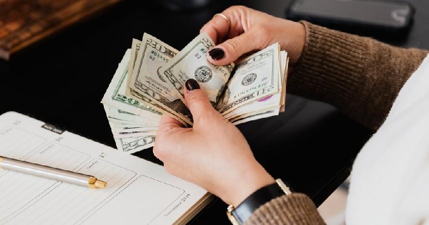 Memisahkan bagian akunting dan kasir - 9 Strategi Mengelola Keuangan Bisnis Untuk Pemula