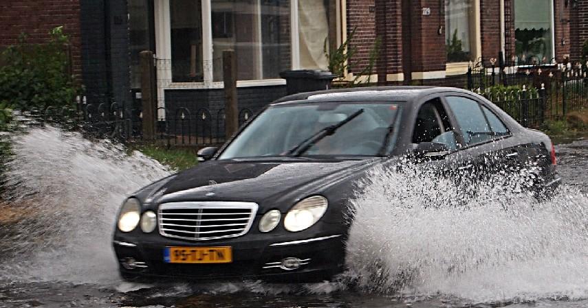 Mengganti Oli Seusai Terendam Banjir - 10 Tips Merawat Mobil di Musim Hujan yang Perlu Diketahui
