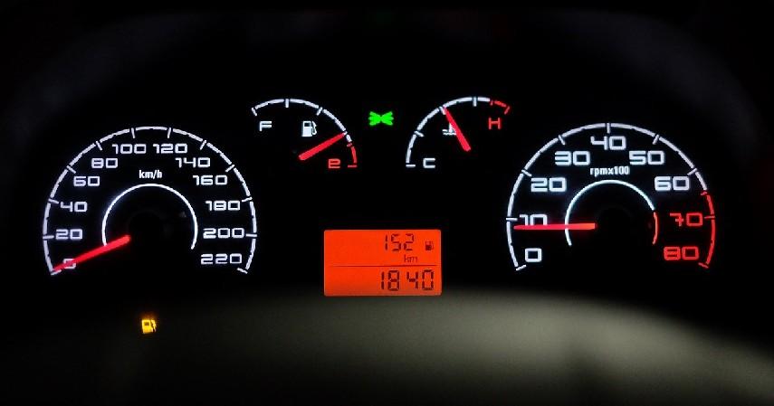 Menjaga Kecepatan Mobil - 7 Tips Aman Menyetir di Jalan Tol saat Hujan Deras