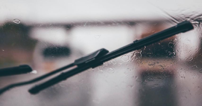 Perhatikan Wiper Pada Kaca Mobil - 7 Tips Aman Menyetir di Jalan Tol saat Hujan Deras