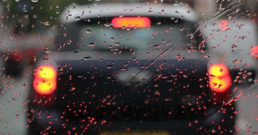 Selalu Menjaga Jarak Aman - 7 Tips Aman Menyetir di Jalan Tol saat Hujan Deras