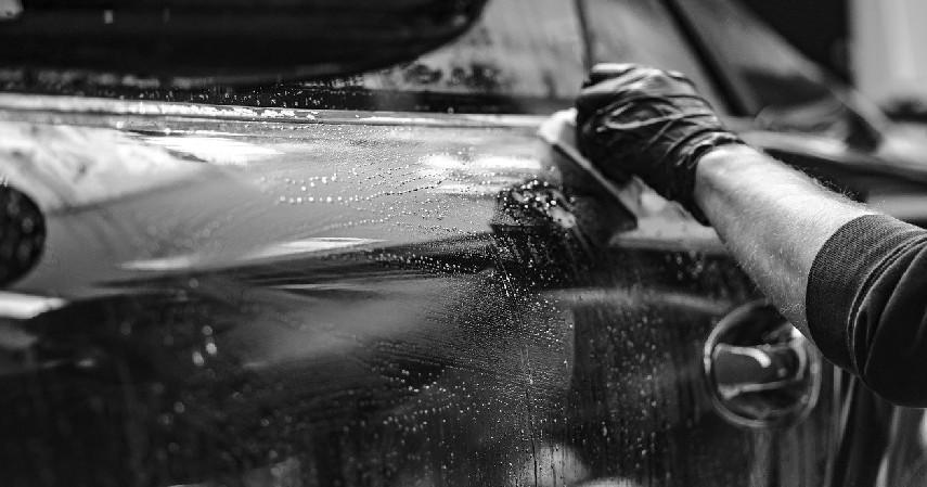 Semprot mobil dengan cairan silicon - 10 Tips Merawat Mobil Saat Musim Hujan yang Wajib Dilakukan