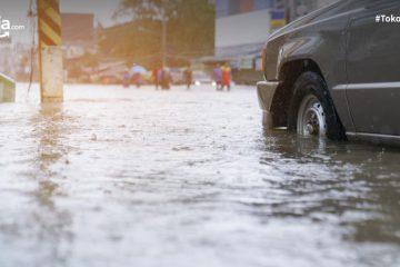 14 Tips Aman Terobos Genangan Air untuk Kendaraan Motor dan Mobil