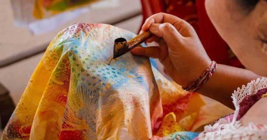 Baju Batik - 10 Inspirasi Hadiah untuk Ayah di Hari Ayah Nasional