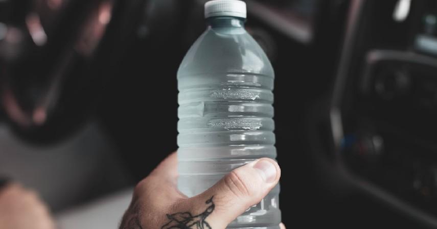 Botol Minuman Plastik - 9 Benda yang Tidak Boleh Ditinggalkan di Dalam Mobil Karena Berbahaya