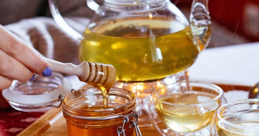 Larutkan dalam campuran air dan sari cuka - 7 Cara Membedakan Madu Asli dan Palsu