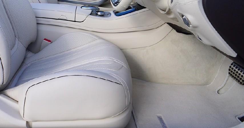 Lepas Bagian Lantai dan Karpet - 9 Cara Membersihkan Mobil yang Terendam Banjir