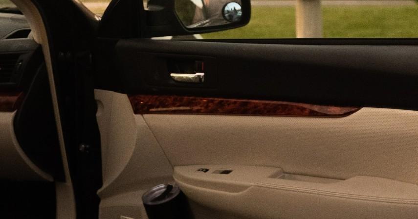 Lepaskan Panel Pintu - 9 Cara Membersihkan Mobil yang Terendam Banjir