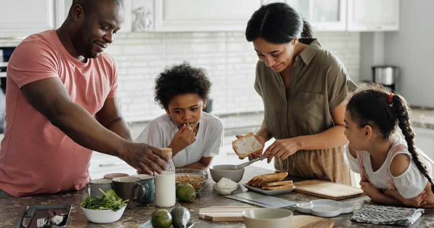 Masak Bareng Keluarga - Libur Panjang Akhir Tahun Dipangkas Ini Ide Kegiatan Seru di Rumah Aja