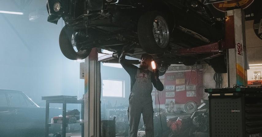 Mengecek Bagian Kolong Mobil - 2 Cara Cek Kebocoran Oli pada Mobil Matik