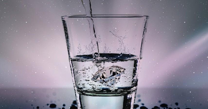 Mengkonsumsi Air Putih - 9 Cara Menjernihkan Mata