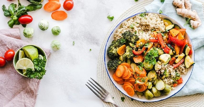 Mengonsumsi makanan bergizi seimbang - 8 Cara Menjaga Kesehatan Mental Siswa Selama Pandemi