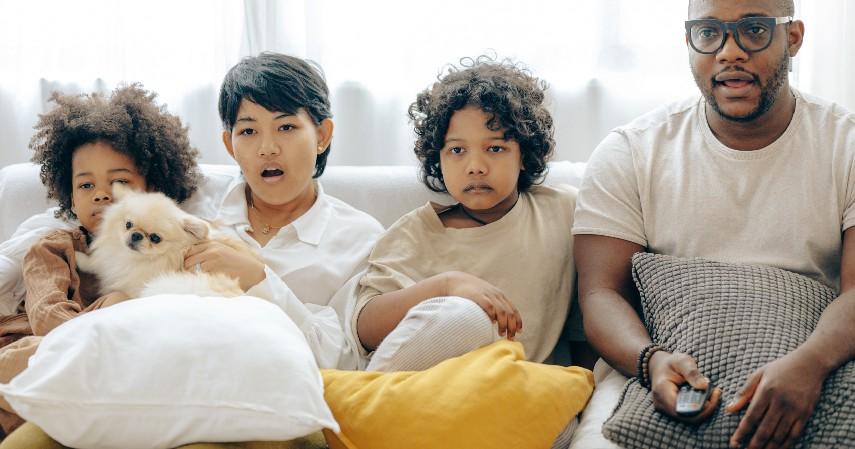 Menonton Film - Libur Panjang Akhir Tahun Dipangkas Ini Ide Kegiatan Seru di Rumah Aja
