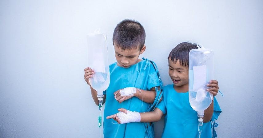 Risiko Gangguan Kesehatan pada Anak - Bahaya Menyimpan Makanan Panas di Wadah Plastik yang Patut Diwaspadai