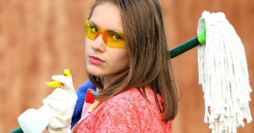 membersihkan rumah - 12 Hak dan Kewajiban Anak di Rumah