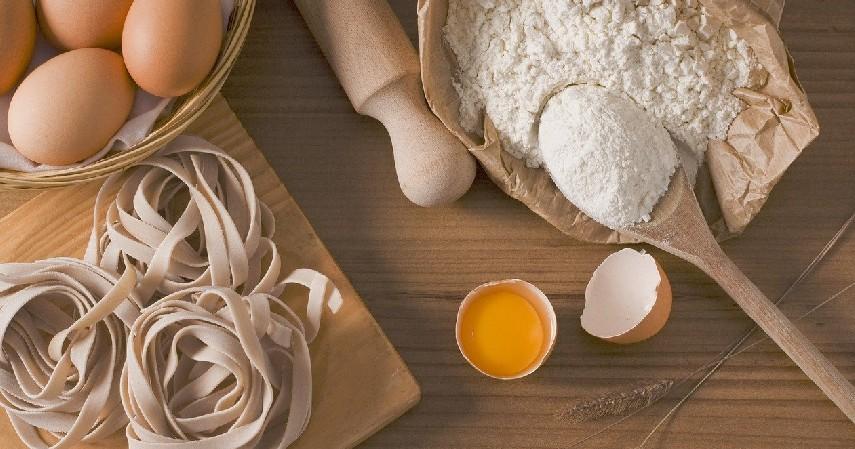 tepung beras dan telur - 10 Cara Meluruskan Rambut Secara Alami
