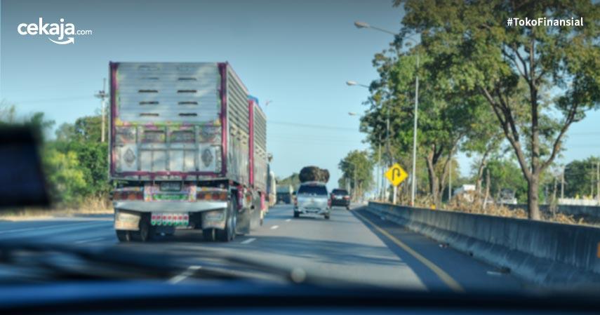 6 Tips Berkendara yang Aman di Belakang Truk dan Bus