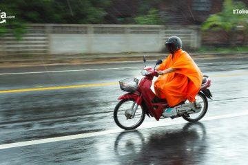 6 Bahaya Jas Hujan Ponco untuk Pengendara Motor