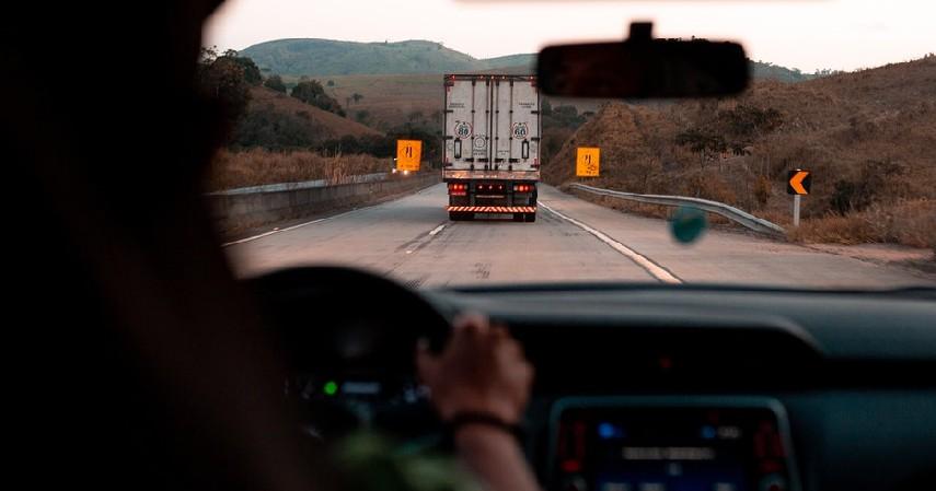 Biarkan Truk dan Bus Melaju Lebih Dulu atau Pindah Jalur - Tips Berkendara yang Aman di Belakang Truk dan Bus