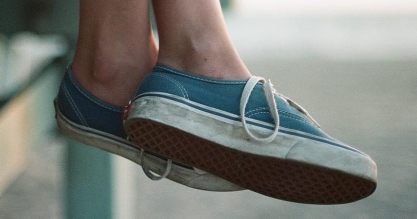 Cara Membersihkan Sepatu Berdasarkan Jenisnya - Sepatu Bahan Denim