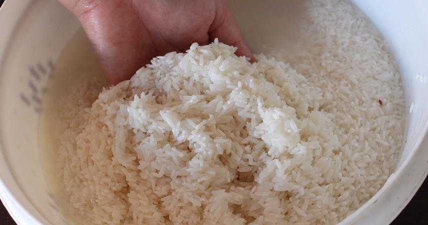 Cuci beras - 8 Trik Memasak Nasi agar Tidak Cepat Basi