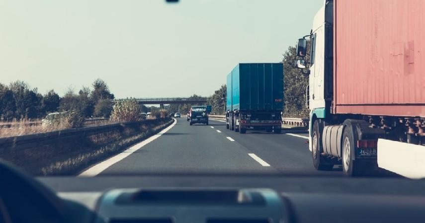 Jangan Berada di Area Blind Spot - Tips Berkendara yang Aman di Belakang Truk dan Bus