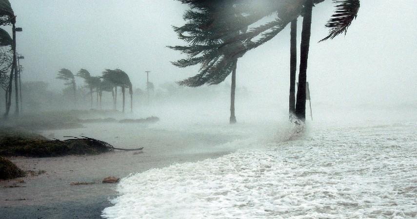 Mudah diterpa angin - 6 Bahaya Jas Hujan Ponco untuk Pengendara Motor