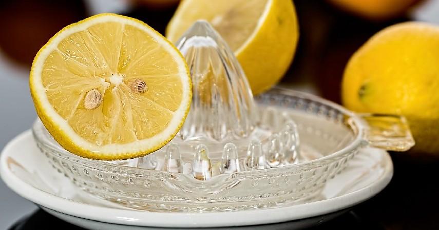 Tambahkan air lemon atau jeruk nipis - 8 Trik Memasak Nasi agar Tidak Cepat Basi