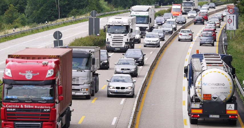 Terapkan Cara Menyalip yang Benar - Tips Berkendara yang Aman di Belakang Truk dan Bus